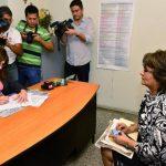 Maritza Rebollo presentó ayer su petición ante la secretaria en funciones del TSE, Nelly Gattás. foto edh / César avilés