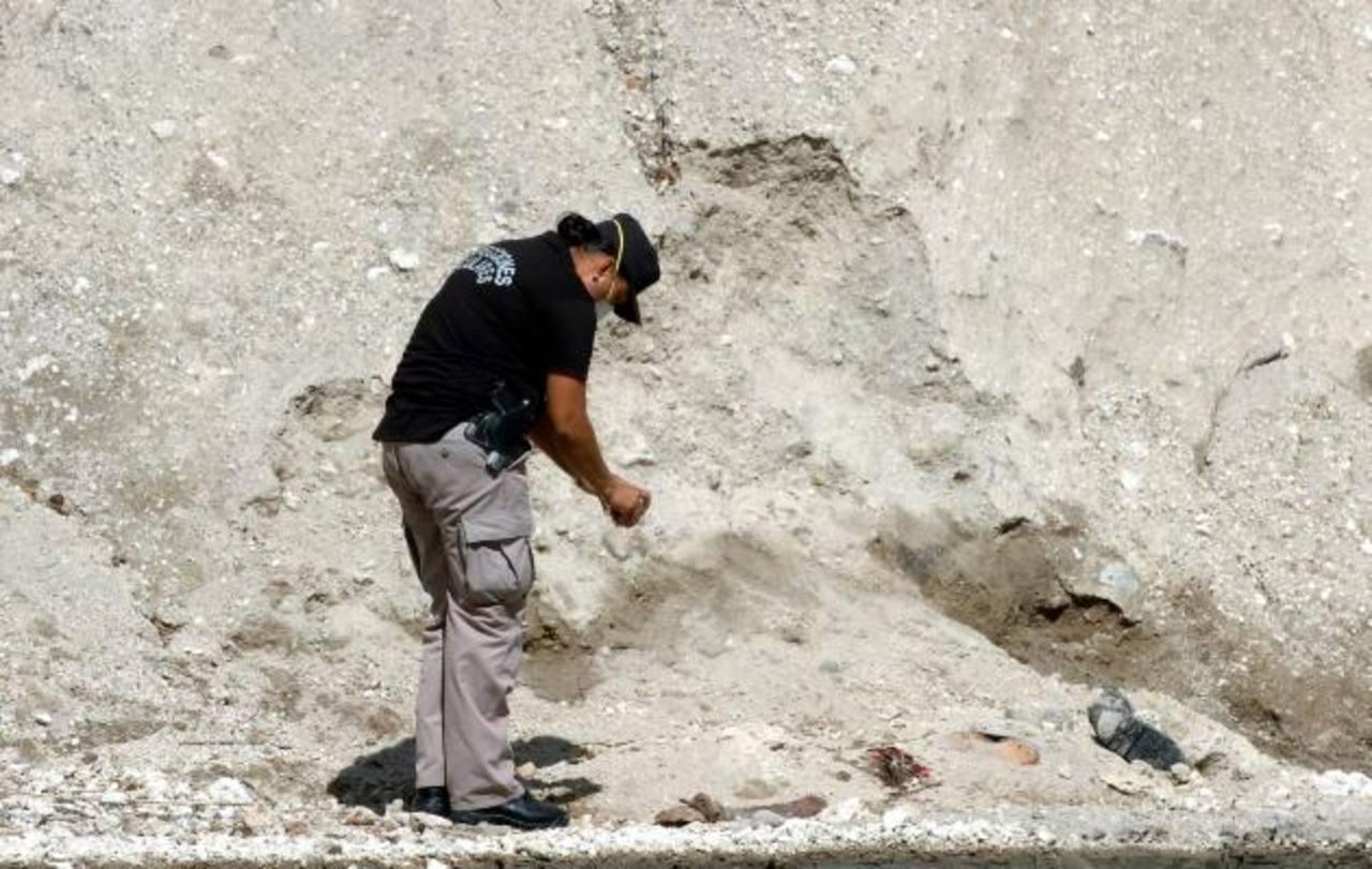 A las orillas del río Arenal, en San Martín, fue localizado un cadáver que no fue identificado. Foto EDH / Ericka Chávez.