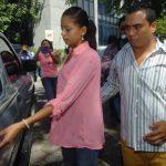 Wendy Pérez y su pareja Moisés Callejas suben al vehículo que los llevaría a las bartolinas de la Policía. Foto EDH / Éricka Chávez