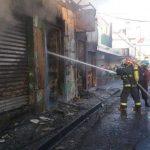 El incendio consumió varios locales. Foto Oscar Mira
