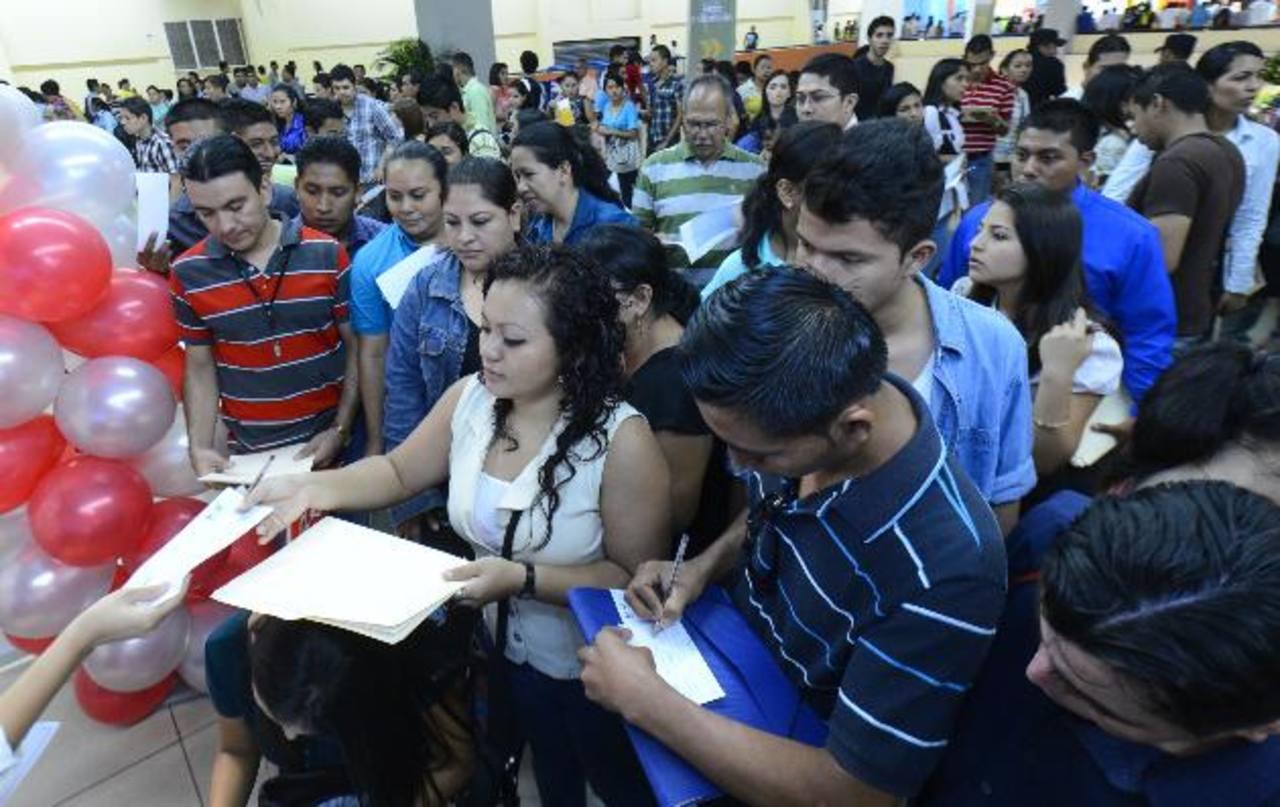 Decenas de personas entregan sus currículum ayer en el Cifco. foto EDH / Marvin Recinos