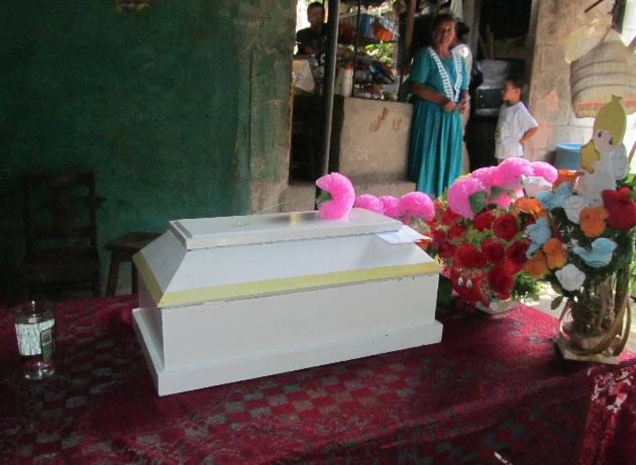 La bebé asesinada el domingo por su madre en una comunidad de San Martín fue sepultada ayer. Fotos EDH / Jorge Beltrán