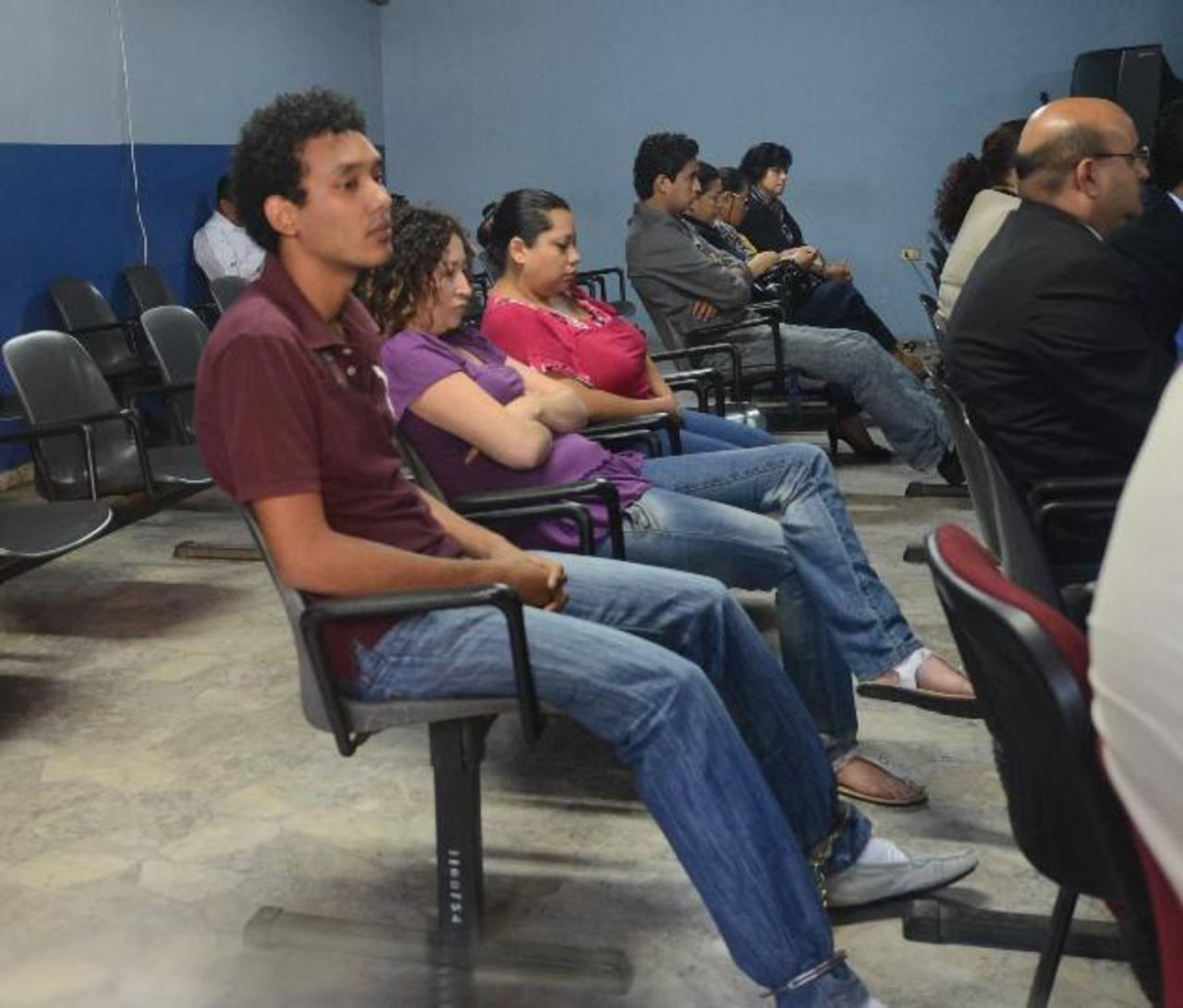 Andrea Bobadilla (rosado) admitió su participación en el hecho, Claudia y Alejandro insistieron en su inocencia. Foto EDH / D. Urquilla