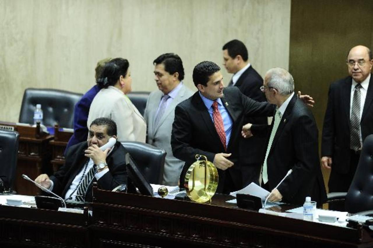 El vicepresidente de la Asamblea, Roberto d'Aubuisson, de ARENA, conversa con el presidente Sigfrido Reyes, del FMLN, luego de concluir la sesión plenaria de ayer. foto edh / jorge reyes