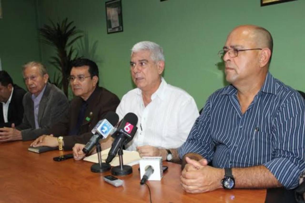 Parte de la dirigencia del PDC ayer en rueda informativa para anunciar destitución de edil Ramírez. foto edh / cortesía