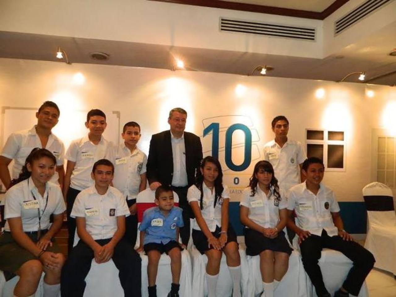 """Rafael Barraza, presidente de Banco Agrícola, con algunos de los beneficiarios del programa """"Manos Unidas"""", que ya llegó a sus primeros 10 años. Foto EDH / cortesía"""