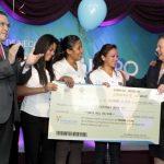 Mari Carmen Aponte, embajadora de Estados Unidos hizo la entrega de los premios al equipo emprendedor que resultó ganador. foto edh / cortesía Embajada de estados Unidos
