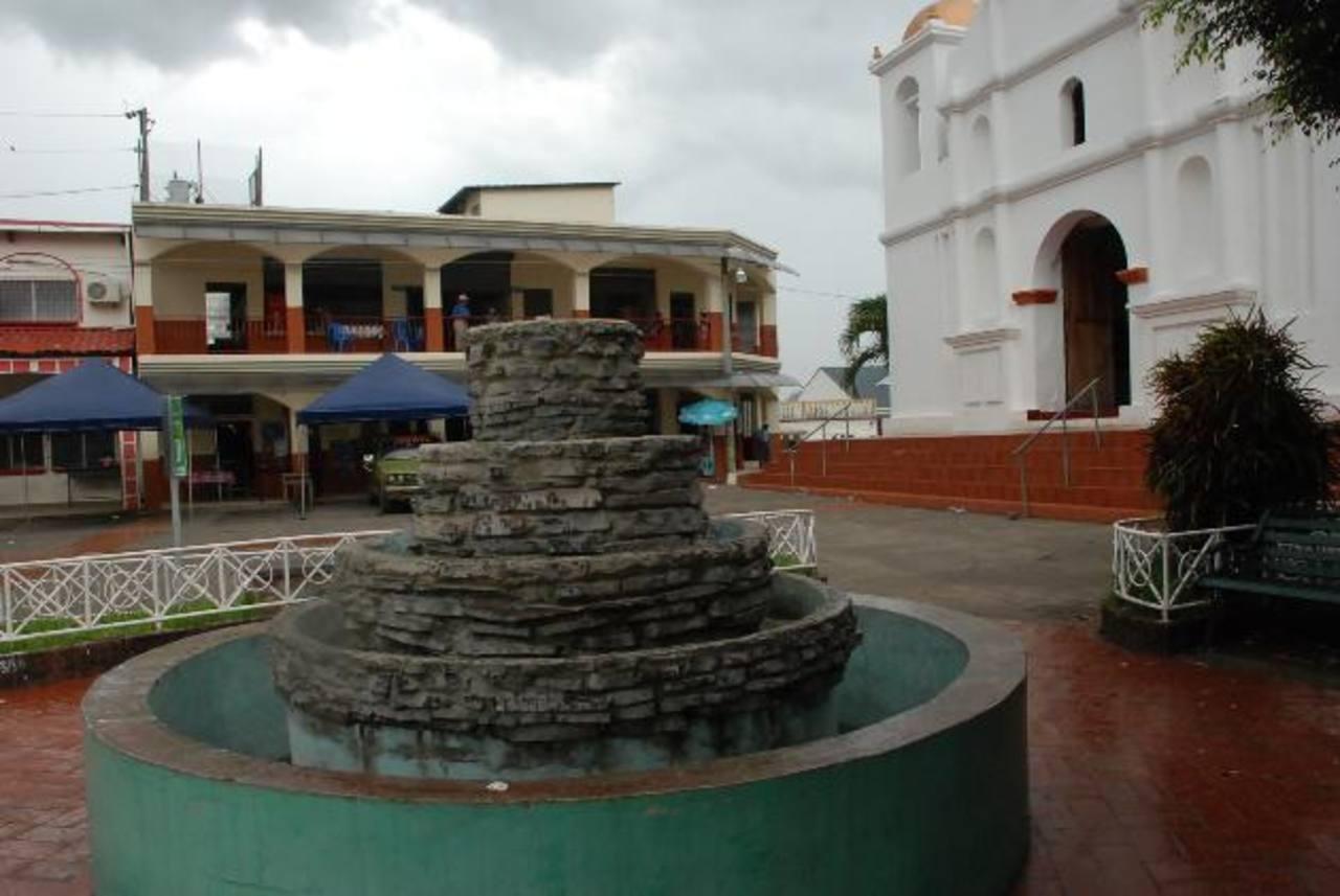 La fuente del parque central de Cacaopera está en total descuido, según los residentes de la localidad, al igual que el resto del parque. foto EDH /Insy Mendoza