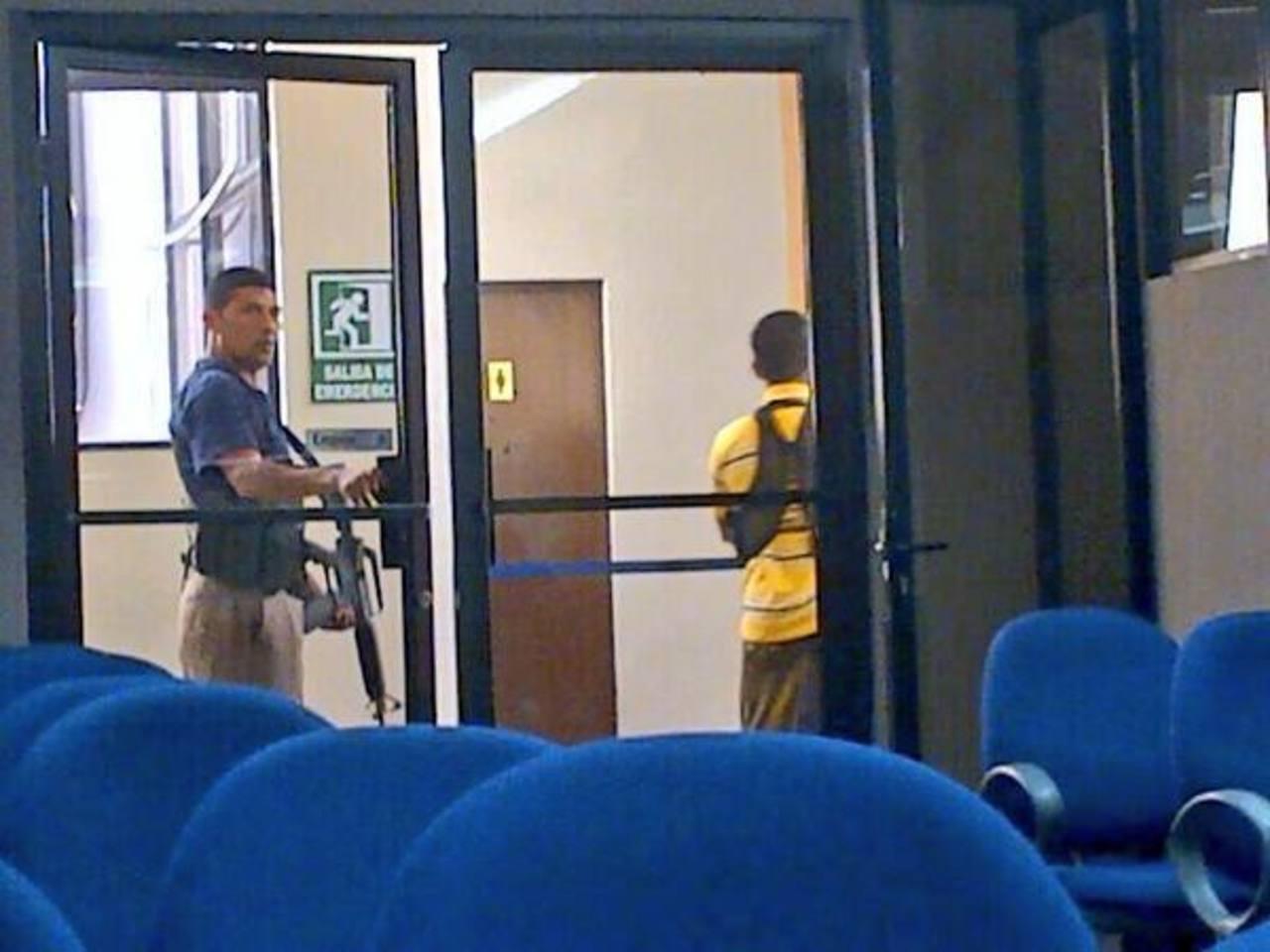 Guardias con fusiles M-16 custodiaron sala en donde el presidente de la Corte de Cuentas daba conferencia esta mañana. FOTO EDH Tomada de @PipitaHenriquez