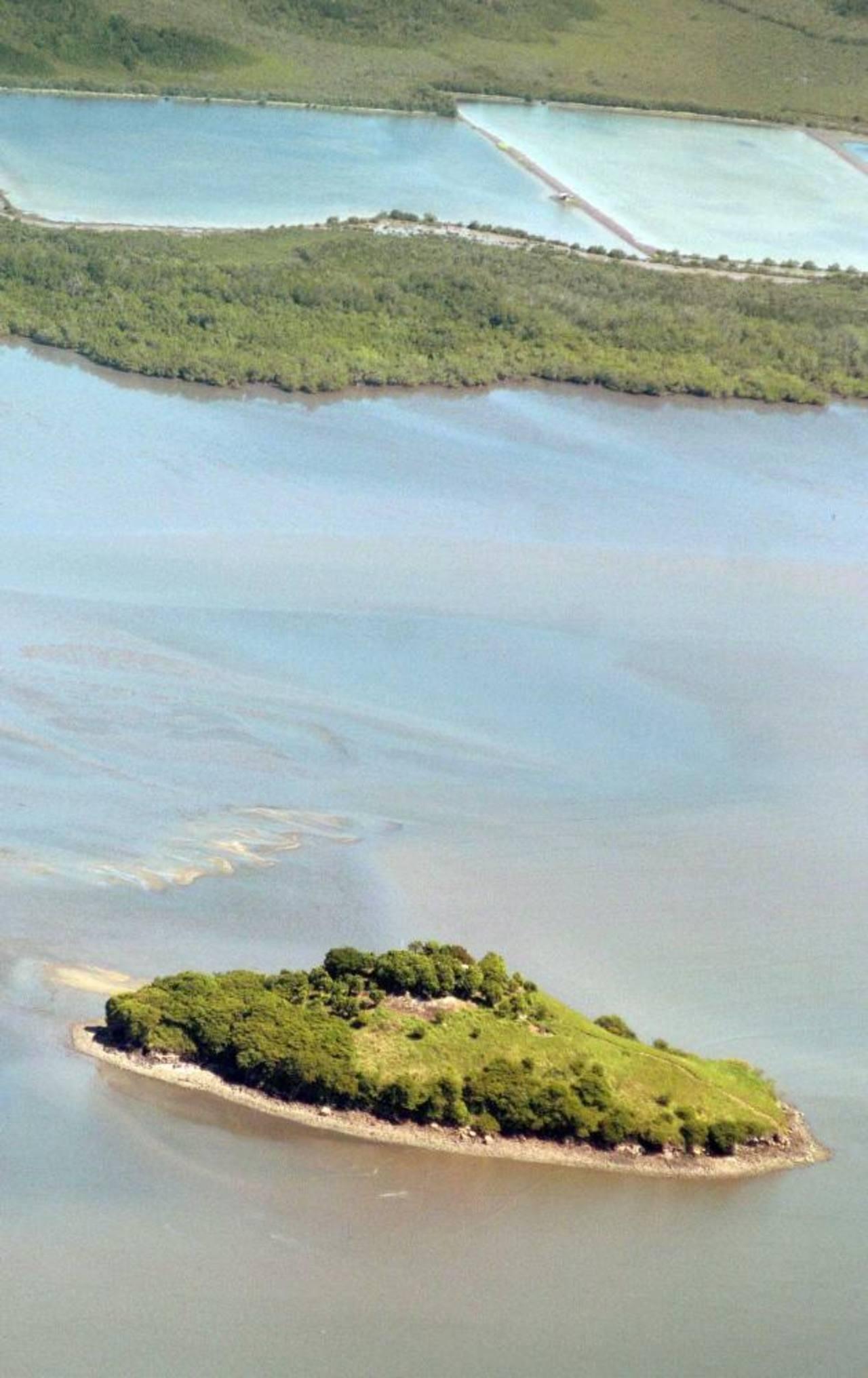 El islote está ubicado en el Golfo de Fonseca, que comparten tres países.