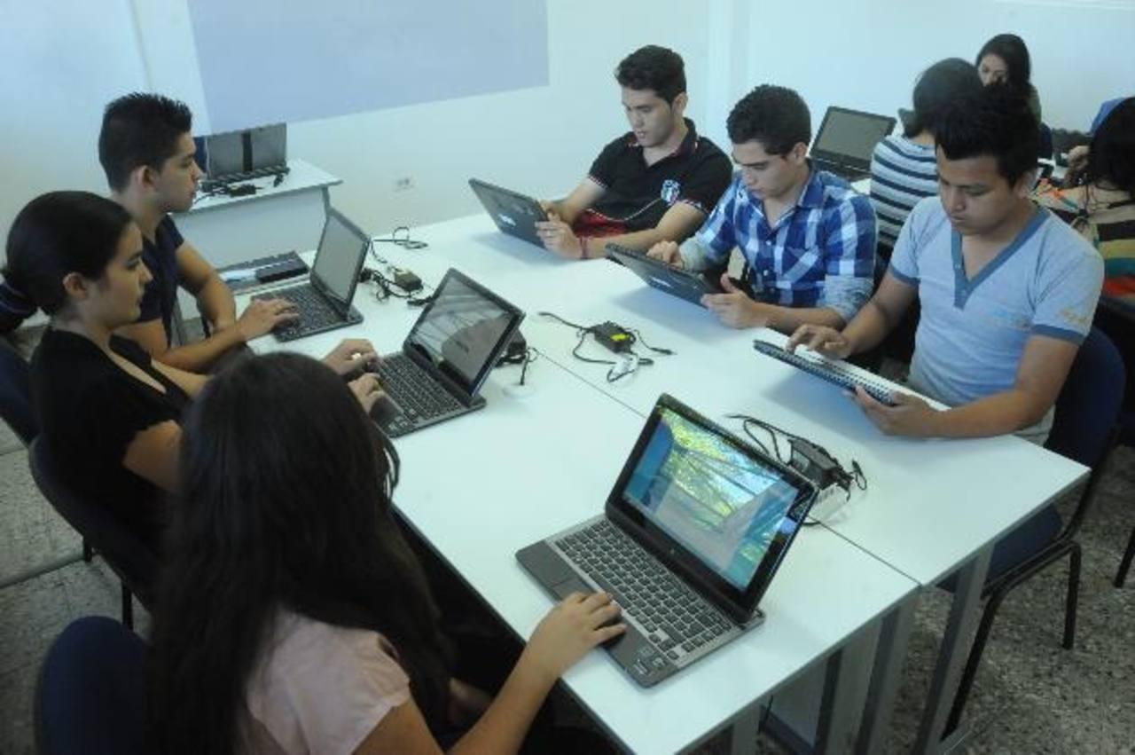 En el laboratorio de desarrollo de aplicaciones para móviles también se imparten cursos libres. Lissette MOnterrosa.