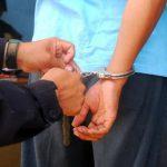 Esposa retira denuncia contra policía por golpiza