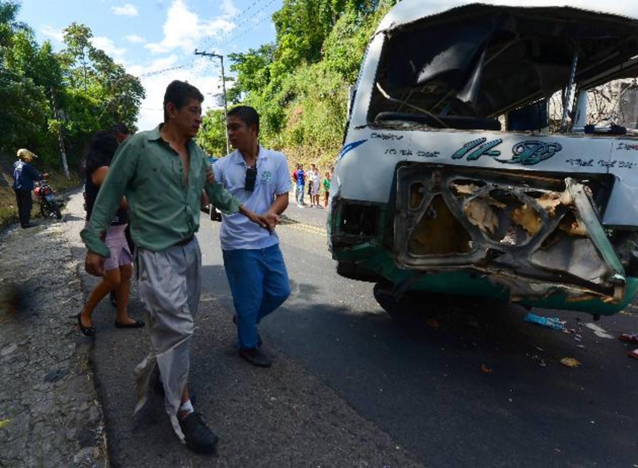 Cinco de los 10 lesionados fueron llevados al hospital de Los Planes de Renderos, afirmaron los socorristas. Foto EDH / Jaime Anaya.