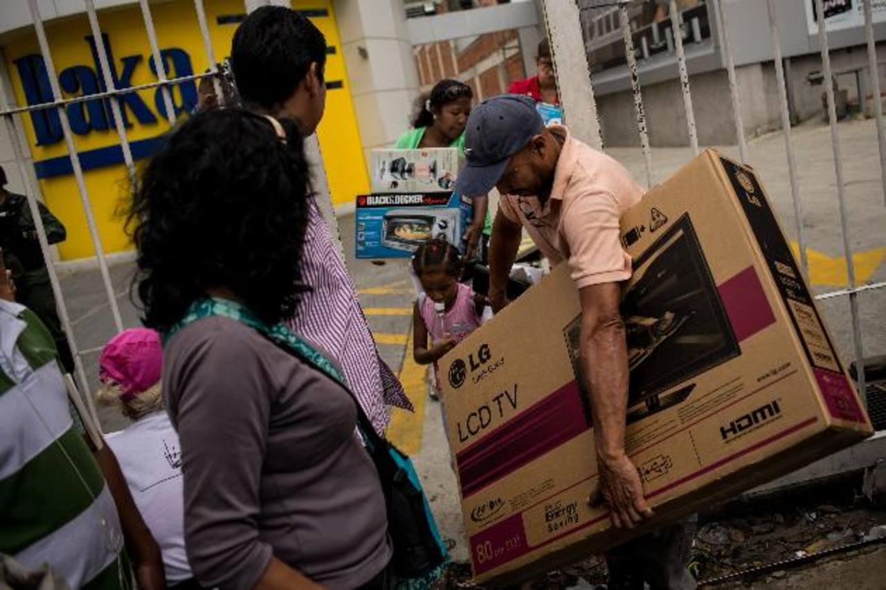 """Maduro ordena """"ocupar"""" tiendas de electrodomésticos y se desata caos"""