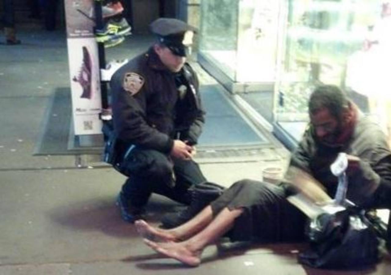 El 14 de noviembre de 2012 el agente de Nueva York, Larry Deprimo, fue fotografiado por su colega de Arizona Jennifer Foster en Times Square. Foto/ Archivo