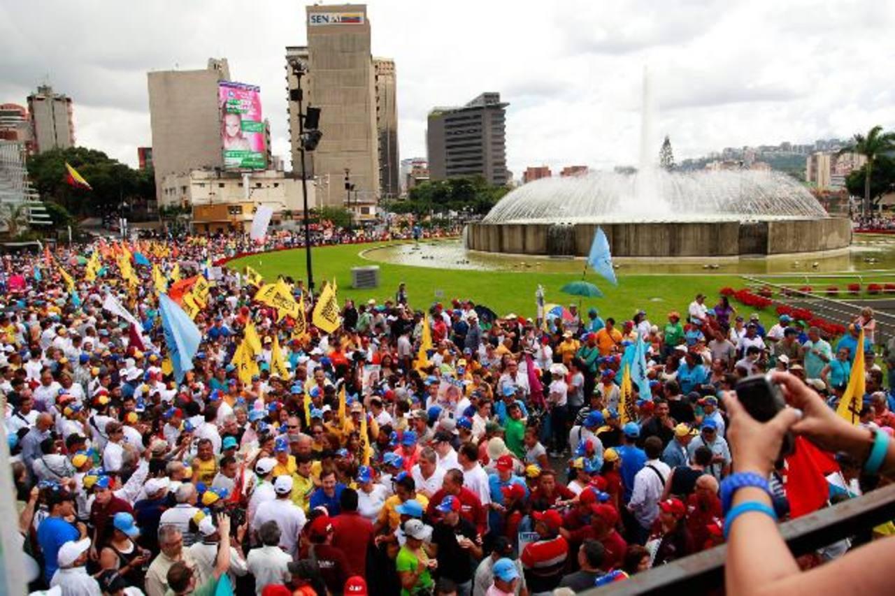 Opositores al gobierno de Maduro acudieron ayer a una marcha convocada por el gobernador de Miranda y líder de la oposición, Henrique Capriles, en Caracas. Foto EDH /EFE