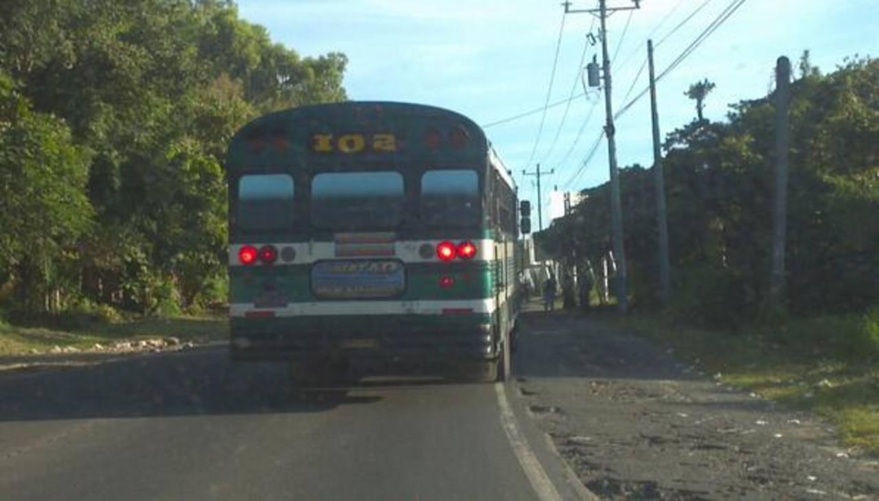 Servicio irregular de ruta 102 tras protestas contra el uso de la tarjeta SUBES. Foto vía Twitter Mario Amaya
