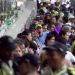 Compradores a la espera de acceder a una tienda, en Caracas, para adquirir electrodomésticos. Foto EDH / AP