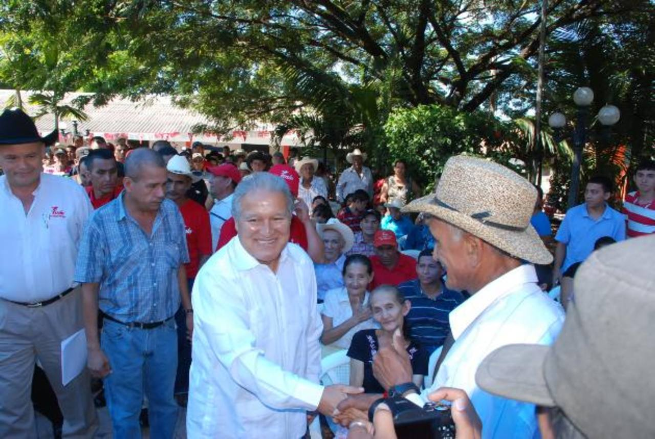 Salvador Sánchez Cerén saluda a los asistentes al acto proselitista en Sociedad, Morazán. Foto EDH / Insy Mendoza