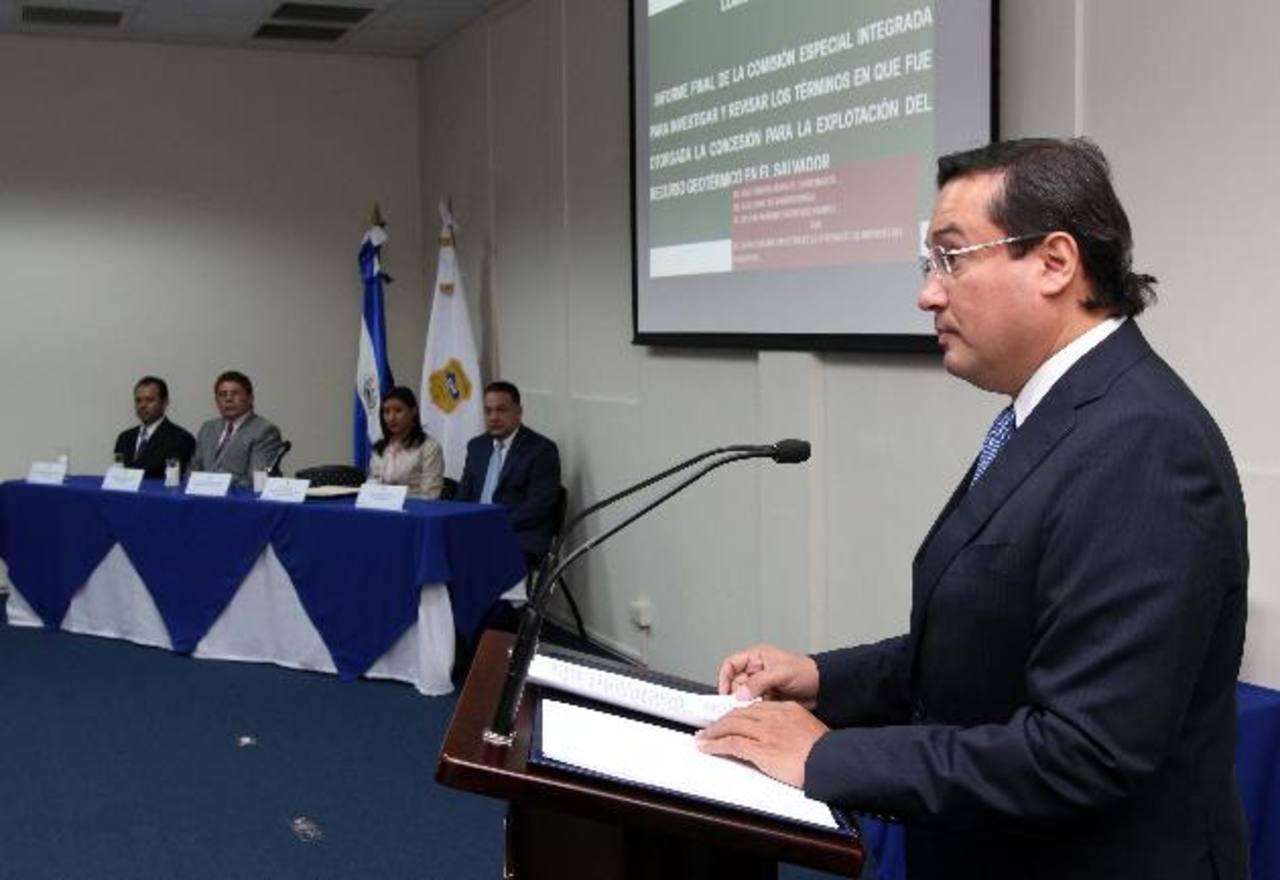"""Al presentar la investigación, el Fiscal Luis Martínez asegura que ésta no constituye un """"juicio político"""". foto eDH"""