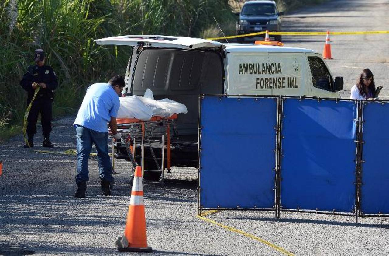 Un cadáver con señales de haber sido estrangulado fue hallado ayer sobre la calle que conduce hacia Nejapa Power, en el cantón Guadalupe, en Cuscatancingo. Foto EDH / oscar mira