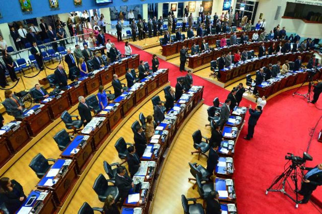 Tomar la decisión de que los diputados no reciban su bono navideño podría ser analizada el jueves en el pleno. Foto EDH /