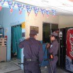 Policías custodian la Emergencia del hospital Saldaña donde ayer aún estaba la sospechosa de llevar pirotécnicos en un microbús de la ruta 11. Foto EDH /Lilian Martínez
