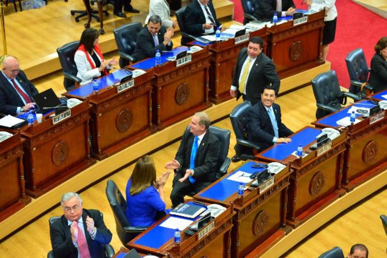 Los diputados celebraron ayer en el Salón Azul la aprobación del cobro electrónico y con dinero. Foto EDH / OMAR CARBONERO