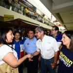 La fórmula saludó ayer a simpatizantes en un centro comercial. Foto edh / Douglas Urquilla