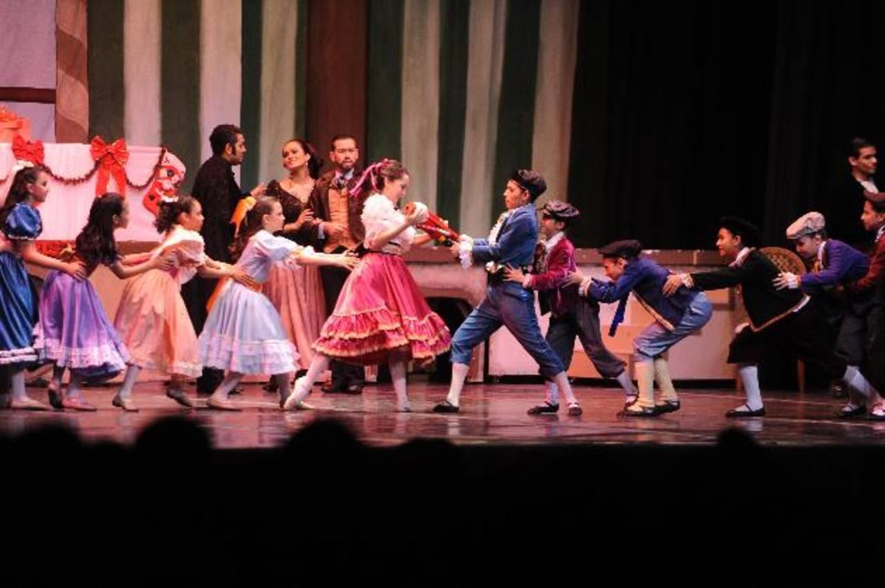 El baile y la alegría de la Navidad se mezclan en el clásico cuento. Fotos EDH/ MARVIN RECINOS