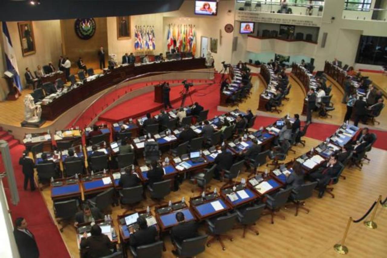 Los diputados estuvieron de acuerdo en avalar a medias las observaciones presidenciales. Foto EDH