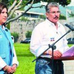 Norman Quijano, acompañado por su hija Lissette, hizo el anuncio del plan en el Redondel Masferrer. Foto edh / marlon Hernández