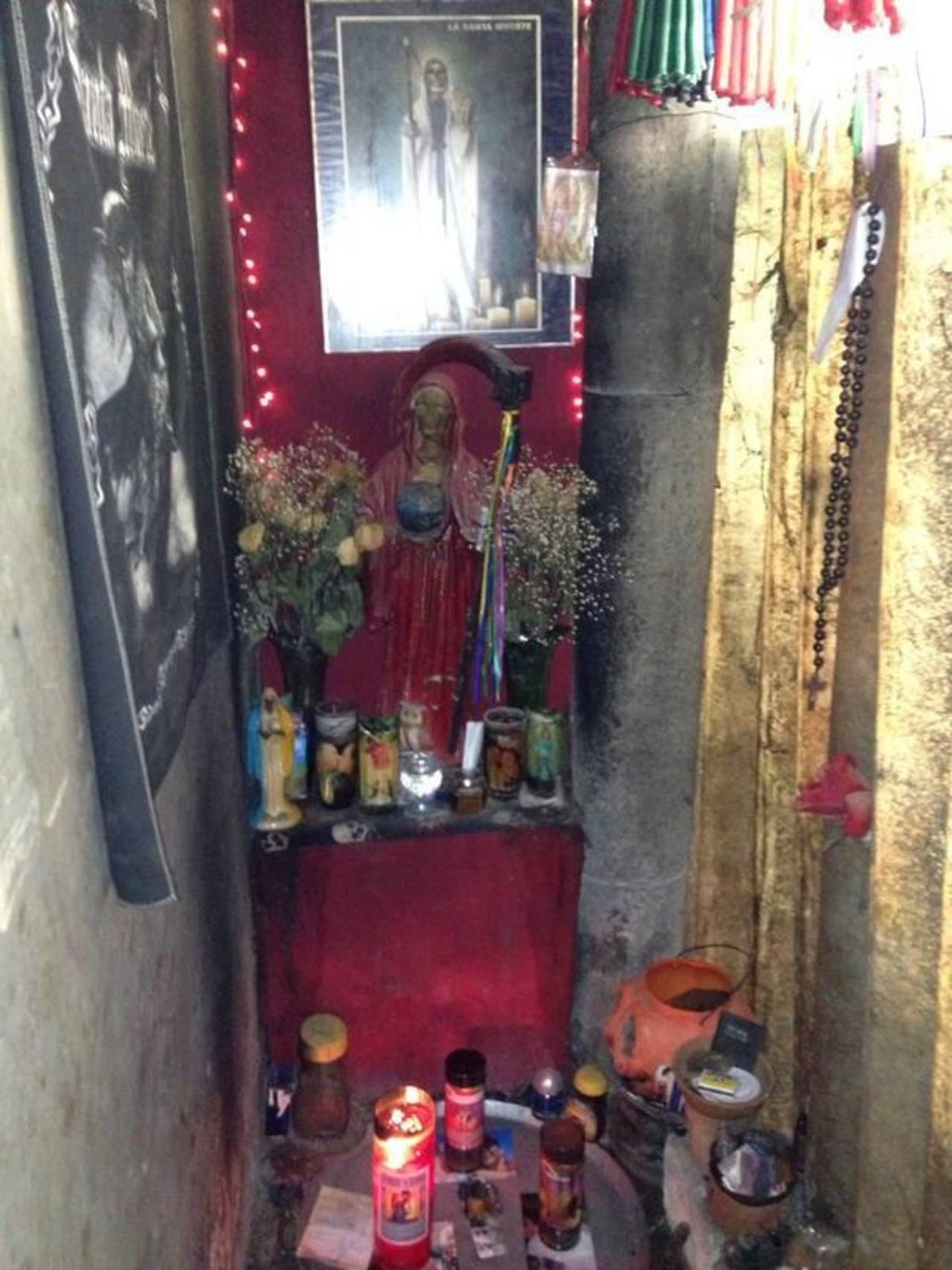 Altar para brujerías y veneración a la muerte fue encontrado en una vivienda. Foto EDH