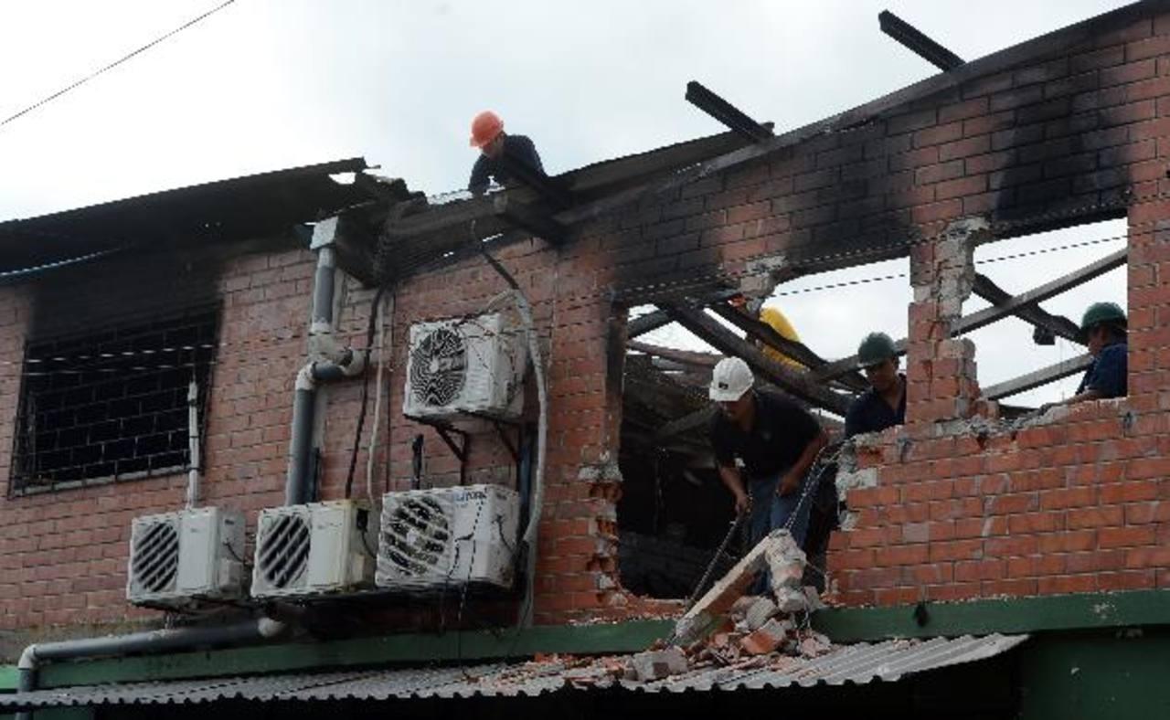 Trabajadores demuelen lo poco que quedó de las paredes de la casa de la familia Ramírez, ya que quedaron destruidas.