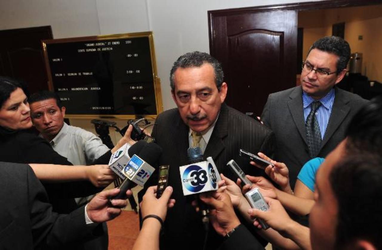Más de 5,600 abogados fueron examinados ayer por la Corte Suprema; aspiran a ser notarios. Foto EDH / archivo