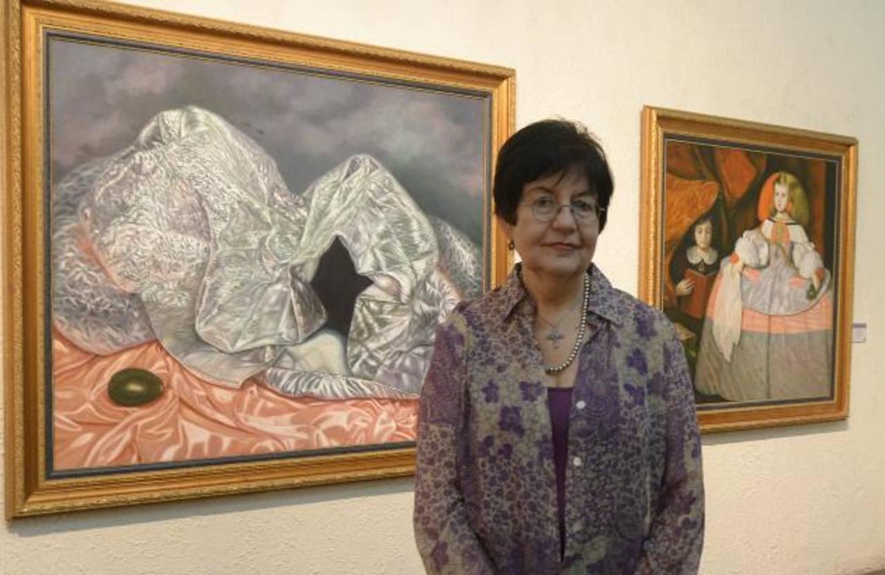 La artista Conchita Kuni Mena junto a dos de sus obras que se exhiben en el Museo Forma. Fotos EDH/René Estrada