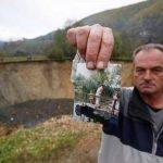 Fuad Cemal muestra la foto de una laguna que desapareció en la villa de Sanica, Bosnia. Foto/ AP