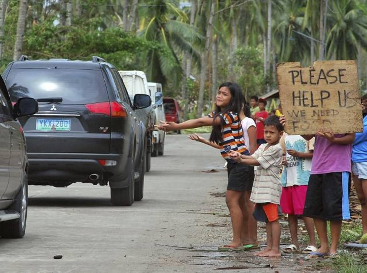 Varios niños que piden ayuda en una zona devastada por el paso tifón Haiyan en la localidad de Borbon. foto edh / efeEl fiscal general de Estados Unidos, Eric Holder, camina frente a un retrato del agente Gerardo Hernández. foto edh / efe