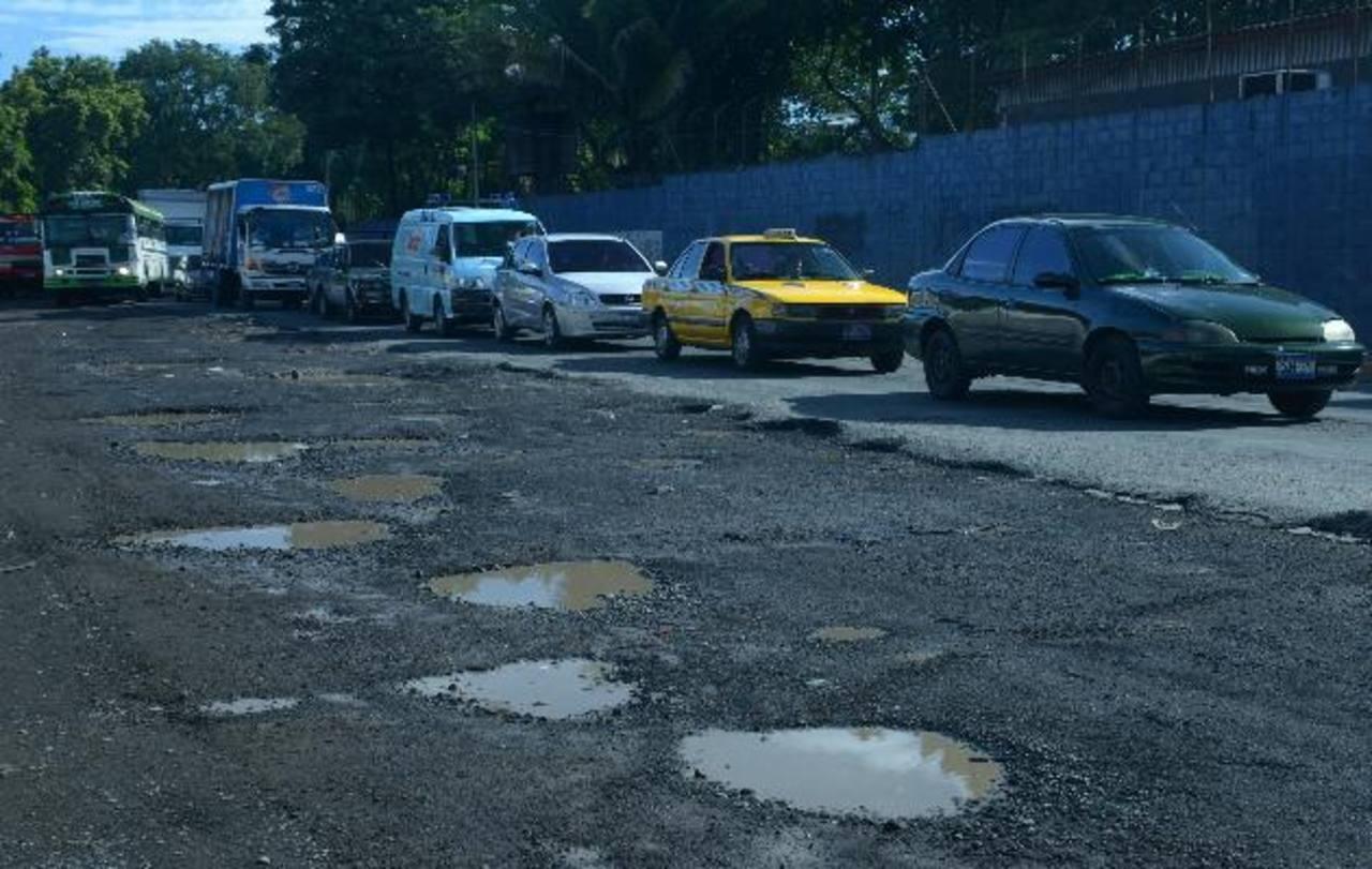 La Avenida Peralta, cerca de la Terminal de Oriente, está deteriorada y sirve como alternativa por el Sitramss. edh / rené estrada