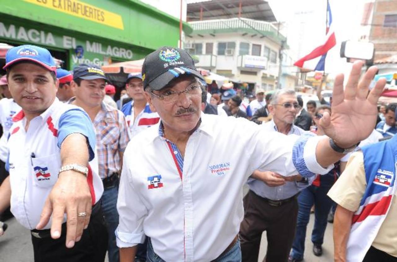 El aspirante presidencial por el partido ARENA, Norman Quijano, se quejó de que no se le quería entregar a tiempo la certificación de la Corte de Cuentas para inscribir su candidatura en el TSE.
