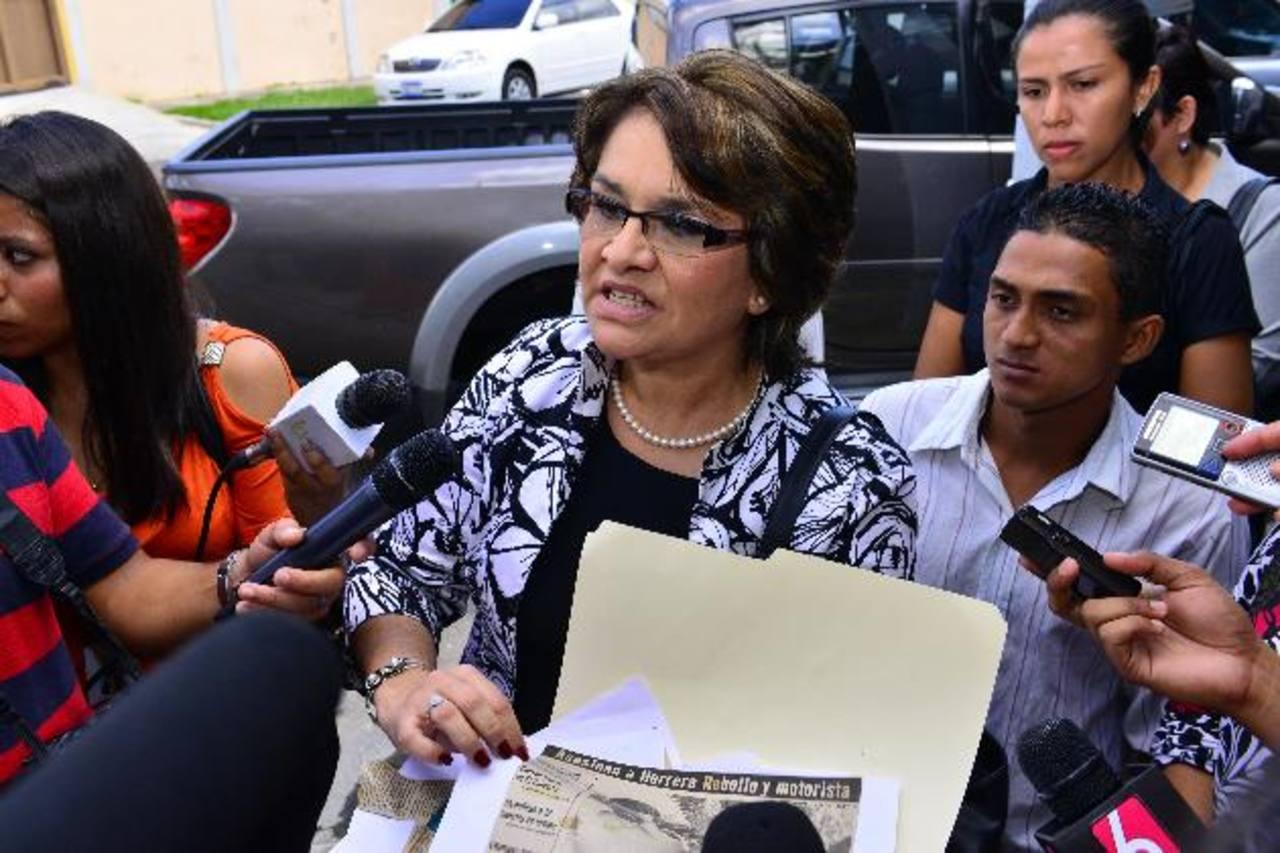 Maritza Rebollo al momento de llegar el lunes a la sede del TSE para presentar la solicitud de nulidad. Foto EDH / archivo