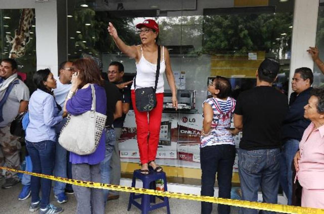 Compradores esperaban afuera de la tienda de electrodomésticos para obtener productos