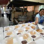 Las cocineras del hospital nacional Dr. José Antonio Saldaña distribuían en depósitos desechables los pocos alimentos que habían preparado ayer por la tarde. Las raciones no tenían tortilla ni pan. Fotos EDH / Douglas Urquilla