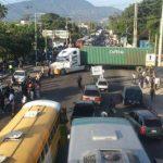 Vendedores informales bloquearon tráfico en puntos como el km 11 de carretera Panamericana, a la altura de Vifrio. Pedían al Gobierno la posibilidad de pagar el pasaje con efectivo. FOTO EDH/E. Chávez