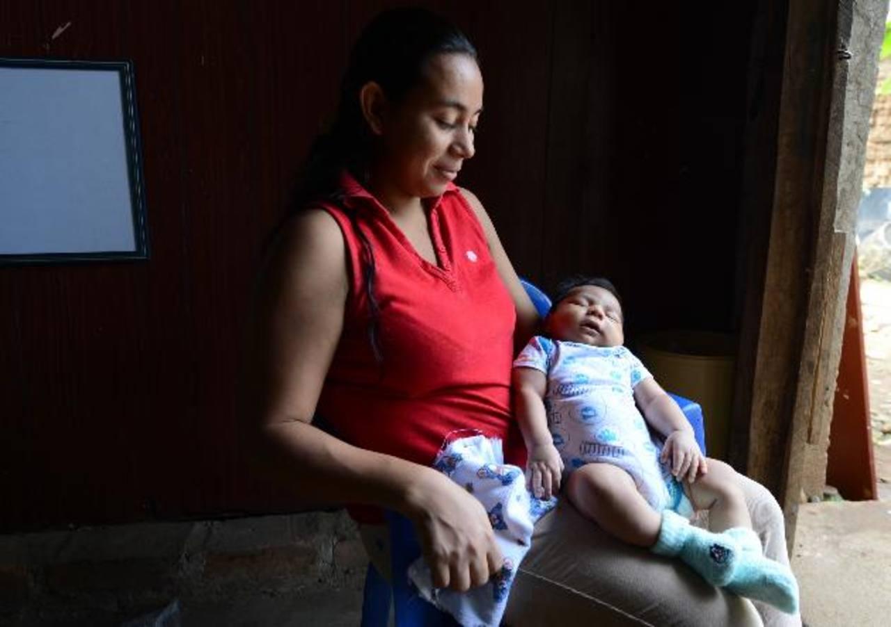 Irma Zavala sostiene a su hijo de un poco menos de un mes de nacido. Fotos EDH / mauricio cáceres