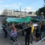 Vendedores colocaron las estructuras en la 3a Avenida, frente a la Plaza Hula Hula. foto edh /MIGUEL VILLALTANo hubo acciones de violencia, pero el ambiente fue tenso por más de tres horas de la mañana de ayer. foto edh /M. VILLATA