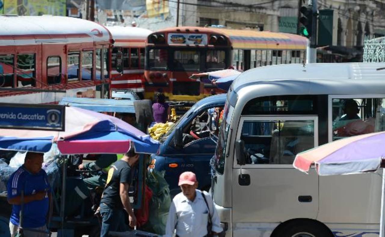 Calles destrozadas ponen a prueba a los conductores