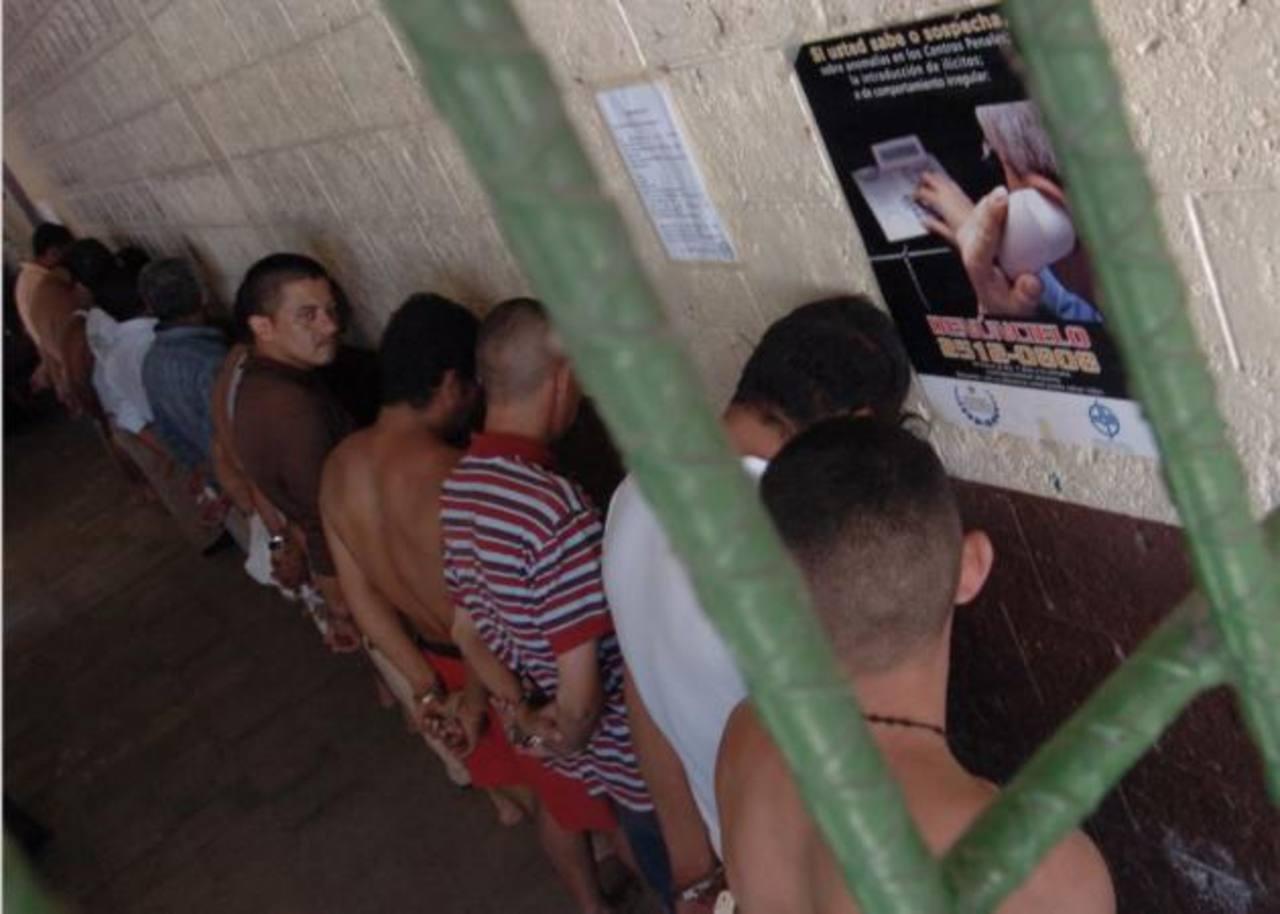 Tres reos del penal La Esperanza, conocido como Mariona, fueron trasladados tras acusárseles de haber hecho 10,600 llamadas desde cárcel. FOTO EDH/Archivo