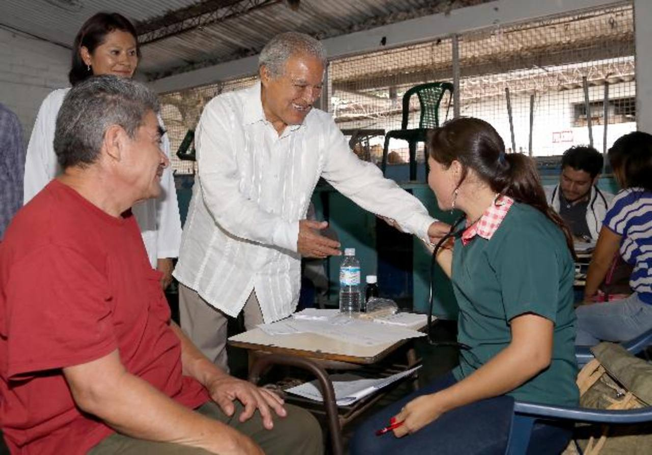 Salvador Sánchez Cerén saluda a una doctora que colaboró en la campaña de salud en Soyapango. Foto EDH / cortesía