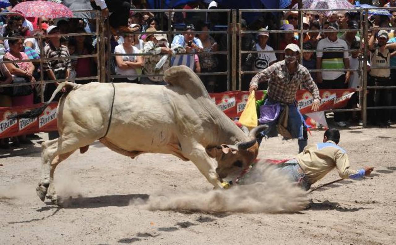 En la plaza de toros de San Miguel ya se ha instalado la barrera donde, durante todas las noches de noviembre, se desarrollarán los jaripeos. El evento comenzó hace unos días. Foto edh / archivo